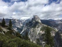 Sikt för kupol för Yosemite nationalpark halv royaltyfri bild