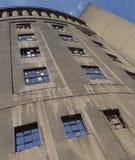 Sikt för låg vinkel av övergiven industribyggnad Arkivbild