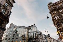 Sikt för låg vinkel av byggnader i Stephansplatz i Wien Royaltyfria Foton
