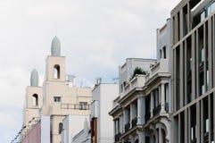 Sikt för låg vinkel av byggnader på Gran via gatan i Madrid Arkivfoto