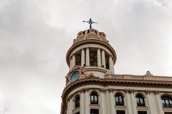 Sikt för låg vinkel av byggnader på Gran via gatan i Madrid Royaltyfri Fotografi