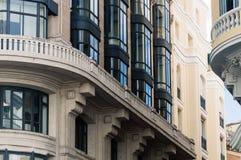 Sikt för låg vinkel av byggnader på Gran via gatan i Madrid Royaltyfria Bilder