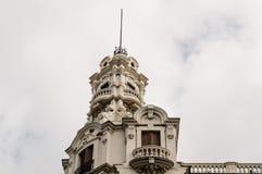 Sikt för låg vinkel av byggnader på Gran via gatan i Madrid Fotografering för Bildbyråer