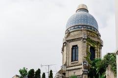 Sikt för låg vinkel av byggnader på Gran via gatan i Madrid Royaltyfri Foto