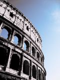 Sikt för låg vinkel av Colosseumen, Rome arkivbilder