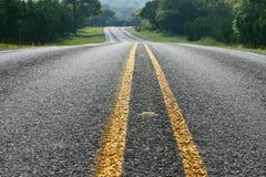 Sikt för låg vinkel av den buktiga vägen i Texas Hill Country Royaltyfria Bilder
