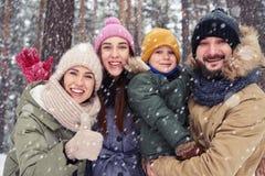 Sikt för låg vinkel av den lyckliga familjen av fyra personer som förbinder till varje ot Arkivfoto