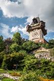 Sikt för låg vinkel av den Uhrturm klockan i Graz Fotografering för Bildbyråer