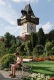 Sikt för låg vinkel av den Uhrturm klockan i Graz Arkivbilder