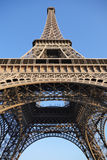 Sikt för låg vinkel av Eiffeltorn mot blå himmel Arkivbilder