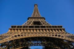 Sikt för låg vinkel av Eiffeltorn mot blå himmel Paris Royaltyfria Foton
