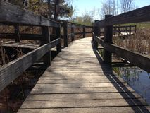 Sikt för låg vinkel av en gångbanabro över vatten arkivbilder