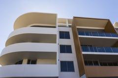 Sikt för låg vinkel av en modern byggnad arkivbild