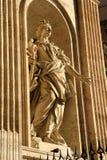 Sikt för låg vinkel av en staty Royaltyfri Bild