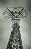 Sikt för låg vinkel av ett elektricitetstorn arkivbilder