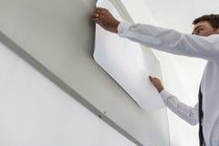 Sikt för låg vinkel av företagsledaren som förbereder en presentation arkivbilder
