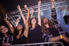 Sikt för låg vinkel av fans som tycker om på musikfestivalen Fotografering för Bildbyråer
