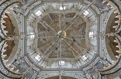 Sikt för låg vinkel av frescodkupolen av kyrkan av helgonet Nichol royaltyfri fotografi