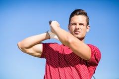 Sikt för låg vinkel av golfaremannen som tar skottet Arkivfoton