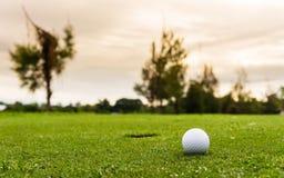 Sikt för låg vinkel av golfboll Royaltyfria Foton