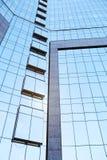 Sikt för låg vinkel av högväxta kontorsbyggnader arkivbild