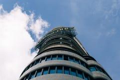 Sikt för låg vinkel av Kapitoliumbyggnad på Gran via gatan i Madrid Royaltyfri Fotografi
