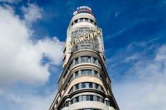 Sikt för låg vinkel av Kapitoliumbyggnad på Gran via gatan i Madrid Royaltyfria Foton
