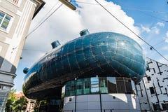 Sikt för låg vinkel av Kunsthaus i Graz Royaltyfri Foto