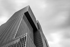 Sikt för låg vinkel av modern arkitekturkontorsbyggnad i Rotterd Arkivfoton
