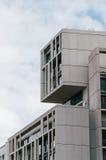 Sikt för låg vinkel av modern byggnad på Gran via gatan i Madrid Royaltyfri Bild