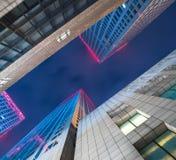 Sikt för låg vinkel av moderna byggnader med horisont Royaltyfria Bilder