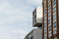 Sikt för låg vinkel av moderna och gamla byggnader på Gran via gatan in Royaltyfri Foto