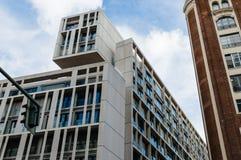Sikt för låg vinkel av moderna och gamla byggnader på Gran via gatan in Arkivbild