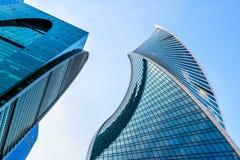 Sikt för låg vinkel av Moskva-stad skyskrapor Fotografering för Bildbyråer