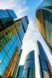Sikt för låg vinkel av Moskva-stad skyskrapor Arkivbild