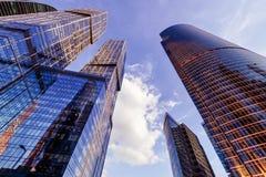 Sikt för låg vinkel av Moskva-stad skyskrapor Royaltyfria Bilder