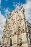 sikt för låg vinkel av orvietodomkyrkan arkivfoto