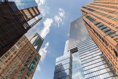 Sikt för låg vinkel av skyskrapor i Chelsea Arkivbild