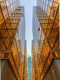Sikt för låg vinkel av skyskrapor i Hong Kong Royaltyfria Bilder