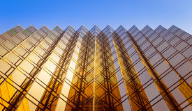 Sikt för låg vinkel av skyskrapor i Hong Kong Royaltyfri Bild