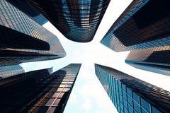 Sikt för låg vinkel av skyskrapor Skyskrapor på solnedgången som upp ser perspektiv Nedersta sikt av moderna skyskrapor in Fotografering för Bildbyråer