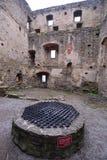 Sikt för låg vinkel av slotten Burgruine Aggstein royaltyfri fotografi