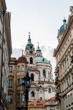 Sikt för låg vinkel av St Nicholas Bell Tower i Prague Royaltyfria Bilder