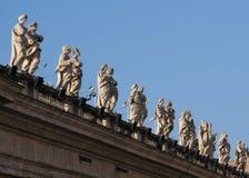 Sikt för låg vinkel av statyer Arkivbilder