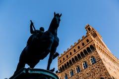 sikt för låg vinkel av statyn av Cosimo Jag de Medici royaltyfria foton