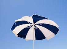 Sikt för låg vinkel av strandparaplyet Royaltyfri Foto