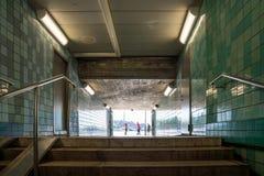 Sikt för låg vinkel av trappa i en gångtunnelgångtunnel Royaltyfri Bild