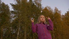 Sikt för låg vinkel av ung flickadansen utomhus Höft-Flygtur dansare seagull för höstaftonstående Segerteckenshow lager videofilmer