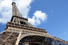 Sikt för låg vinkel för Eiffeltorn som bred ser uppåt in i blå himmel, kopieringsutrymme Arkivfoto