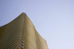 Sikt för låg vinkel för sida av den bästa delen av en modern företags byggnad med gulaktiga överhäng i varje golv royaltyfria foton